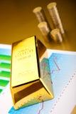 Χρυσοί φραγμοί με μια γραμμική γραφική παράσταση, περιβαλλοντική οικονομική έννοια Στοκ εικόνα με δικαίωμα ελεύθερης χρήσης
