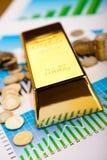 Χρυσοί φραγμοί με μια γραμμική γραφική παράσταση, περιβαλλοντική οικονομική έννοια Στοκ Εικόνες