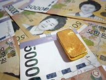 Χρυσοί φραγμοί με τη συναλλαγματική ισοτιμία της Νότιας Κορέας χρησιμοποιημένος για το υπόβαθρο ιστοχώρου/το υπόβαθρο εμβλημάτων στοκ εικόνα