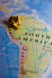 Χρυσοί ψήγμα και χάρτης του Περού στοκ φωτογραφία