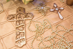 ΧΡΥΣΟΙ σταυροί που βάζουν σε ένα χρυσό τραπεζομάντιλο Στοκ Εικόνες