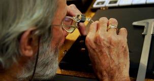 Χρυσοχόος που εξετάζει το διαμάντι 4k φιλμ μικρού μήκους