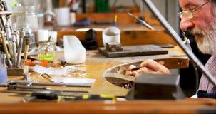 Χρυσοχόος που εργάζεται στο γραφείο στο εργαστήριο 4k φιλμ μικρού μήκους