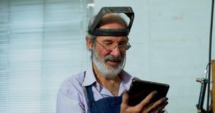 Χρυσοχόος που χρησιμοποιεί την ψηφιακή ταμπλέτα στο εργαστήριο 4k φιλμ μικρού μήκους