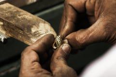 χρυσοχόος σκουλαρικι Στοκ φωτογραφία με δικαίωμα ελεύθερης χρήσης