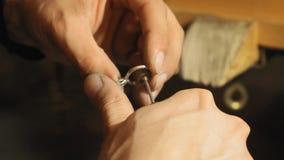 Χρυσοχόος grindins η εσωτερική άκρη του δαχτυλιδιού του ασημιού με το ηλεκτρικό αρχείο σε αργή κίνηση απόθεμα βίντεο