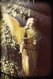 Χρυσός άγγελος στο εκλεκτής ποιότητας styl εικόνας αγαλμάτων φωτός του ήλιου παλαιό Στοκ εικόνα με δικαίωμα ελεύθερης χρήσης