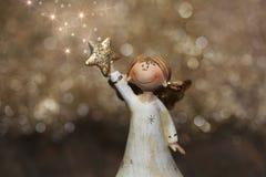 Χρυσός άγγελος Χριστουγέννων ή φυλάκων με τα αστέρια για τη διακόσμηση Στοκ Εικόνα