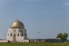 Χρυσός λάμψτε μιναρή του μουσουλμανικού τεμένους ενάντια στο μπλε ουρανό Στοκ φωτογραφία με δικαίωμα ελεύθερης χρήσης