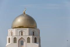 Χρυσός λάμψτε μιναρή του μουσουλμανικού τεμένους ενάντια στο μπλε ουρανό Στοκ Εικόνες