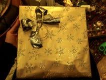 Χρυσός έτοιμος χριστουγεννιάτικου δώρου που τυλίγεται Στοκ Εικόνα
