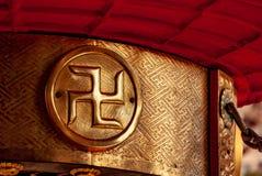 Χρυσός αγκυλωτός σταυρός στη λάρνακα Asakusa, Τόκιο στοκ εικόνες με δικαίωμα ελεύθερης χρήσης