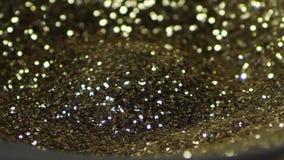Χρυσός ακτινοβολήστε χορός, τρέμοντας στο μαύρο δυνατό ομιλητή Χρυσός ακτινοβολήστε ανατίναξη, σε αργή κίνηση απόθεμα βίντεο