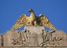 Χρυσός αμερικανικός αετός με το υπόβαθρο μπλε ουρανού Στοκ Φωτογραφία