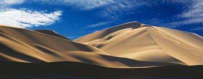 Χρυσός αμμόλοφος άμμου 7 και άσπρα σύννεφα μια ηλιόλουστη ημέρα στοκ φωτογραφία με δικαίωμα ελεύθερης χρήσης