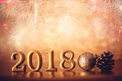 Χρυσός αριθμός 2018 που τοποθετείται στο σκοτεινό κομψό BA τόνου νύχτας γοητείας Στοκ Εικόνες