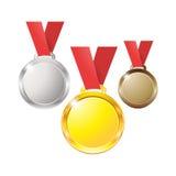 Χρυσός ασημένιος χαλκός χαλκού μεταλλίων σε μια κόκκινη κορδέλλα που απομονώνεται στο άσπρο υπόβαθρο Στοκ Εικόνα
