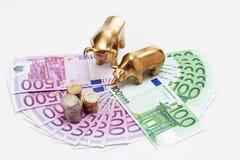 Χρυσός αφορτε και ειδώλια ταύρων με τα ευρο- νομίσματα το αερισμένο ευρο- αριθ. Στοκ Εικόνες