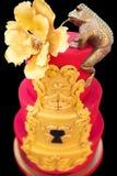 Χρυσός βάτραχος με ένα λουλούδι στο κόκκινο κέικ σε μια δεξίωση γάμου Στοκ εικόνα με δικαίωμα ελεύθερης χρήσης