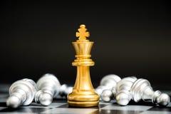 Χρυσός βασιλιάς στο πρόσωπο παιχνιδιών σκακιού με τη μια άλλη ασημένια ομάδα Στοκ Φωτογραφίες