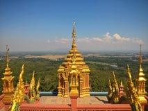 Χρυσός βουδιστικός ναός σε μια κορυφή υψώματος Στοκ Εικόνα
