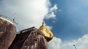 Χρυσός βράχος με τα παραδοσιακά κουδούνια αέρα κάτω από το μπλε ουρανό Myanmar Χρονικό σφάλμα απόθεμα βίντεο