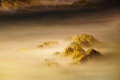 Χρυσός βράχος με το ομαλό κύμα Στοκ Φωτογραφίες