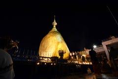 χρυσός βράχος νύχτας Παγόδα Kyaiktiyo Κράτος Mon Myanmar Στοκ Φωτογραφίες