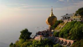 Χρυσός βράχος aka παγοδών Kyaiktiyo στο ηλιοβασίλεμα, το Μιανμάρ Στοκ Φωτογραφία