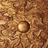 Χρυσός δράκος γύρω από το χρυσό μάρμαρο στοκ φωτογραφίες