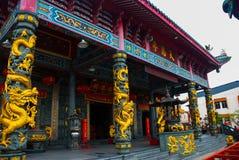 Χρυσός δράκος στον πόλο Κινεζικός ναός Pek Kong Tua Πόλη Bintulu, Μπόρνεο, Sarawak, Μαλαισία Στοκ Φωτογραφία
