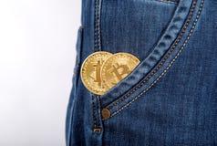 Χρυσός δύο bitcoin στα τζιν τσεπών ατόμων στοκ φωτογραφία με δικαίωμα ελεύθερης χρήσης