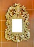Χρυσός εκλεκτής ποιότητας καθρέφτης που απομονώνεται στο καφετί υπόβαθρο κεραμιδιών Στοκ εικόνες με δικαίωμα ελεύθερης χρήσης