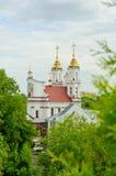 Χρυσός θόλος της εκκλησίας στην απόσταση ενάντια στον ουρανό Στοκ Εικόνες