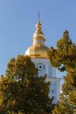 Χρυσός θόλος του χρυσός-καλυμμένου δια θόλου μοναστηριού του ST Michael Κίεβο Στοκ Φωτογραφίες