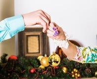 χρυσός διακοσμήσεων Χριστουγέννων σφαιρών Στοκ εικόνα με δικαίωμα ελεύθερης χρήσης