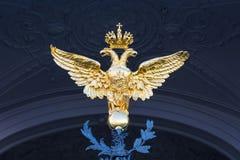 Χρυσός διπλός-διευθυνμένος αετός που τοποθετείται στις πύλες του ερημητηρίου Στοκ εικόνα με δικαίωμα ελεύθερης χρήσης