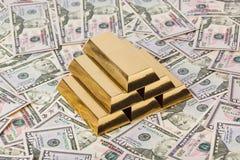 Χρυσός και χρήματα - επιχειρησιακό υπόβαθρο στοκ φωτογραφίες