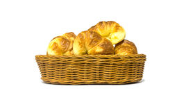 Χρυσός καφετής croissant στο καλάθι ινδικού καλάμου Στοκ φωτογραφίες με δικαίωμα ελεύθερης χρήσης