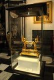 Χρυσός κύλινδρος που κρατά τους αγγέλους στοκ εικόνα με δικαίωμα ελεύθερης χρήσης