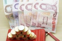 Χρυσός με τα ασημένια νομίσματα και θέση λογαριασμών στο κόκκινο πορτοφόλι Στοκ Φωτογραφίες