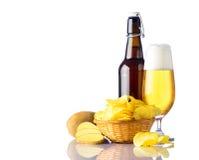 Χρυσός-μπύρα με τα πατάτα-τσιπ Στοκ Εικόνες