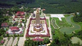 Χρυσός ναός παγοδών Tong κτυπήματος στην επαρχία Krabi, Ταϊλάνδη εναέρια όψη φιλμ μικρού μήκους