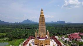 Χρυσός ναός παγοδών Tong κτυπήματος στην επαρχία Krabi, Ταϊλάνδη εναέρια όψη απόθεμα βίντεο