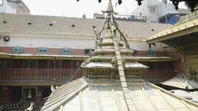Χρυσός ναός σε Patan, βουδιστικό μοναστήρι της πλατείας Durbar, Κατμαντού του Νεπάλ απόθεμα βίντεο