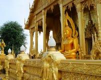 Χρυσός ναός χρωμάτων, Wat Pak Nam Jolo, κτύπημα Khla, Chachoengsao Ταϊλάνδη Στοκ Φωτογραφία