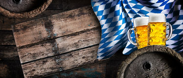 Χρυσός ξανθός γερμανικός ζύθος, βαρέλια μπύρας και η βαυαρική σημαία Στοκ Φωτογραφία