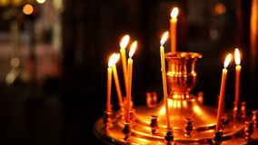 Χρυσός ορθόδοξος κάτοχος κεριών με το κάψιμο των κηροπηγίων απόθεμα βίντεο