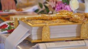 Χρυσός ορθόδοξος στενός επάνω βιβλίων σταυρών και εκκλησιών φιλμ μικρού μήκους