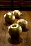 Χρυσός που χρωματίζεται κοντά επάνω του μήλου και των πορτοκαλιών Στοκ φωτογραφίες με δικαίωμα ελεύθερης χρήσης